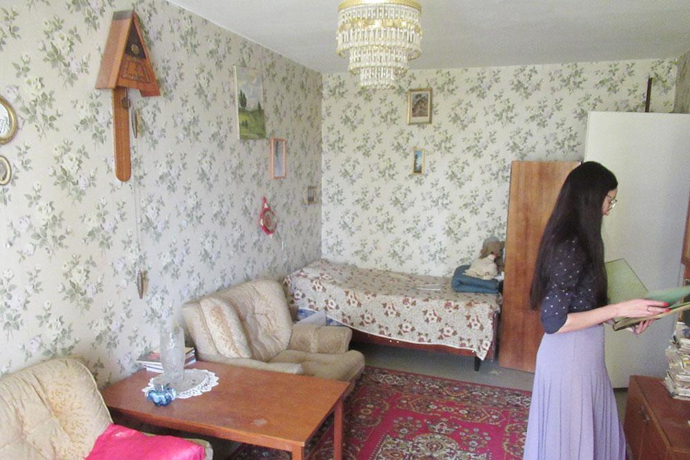 В бабушкиной гостиной были пестрые обои, старенькая кровать и кресла