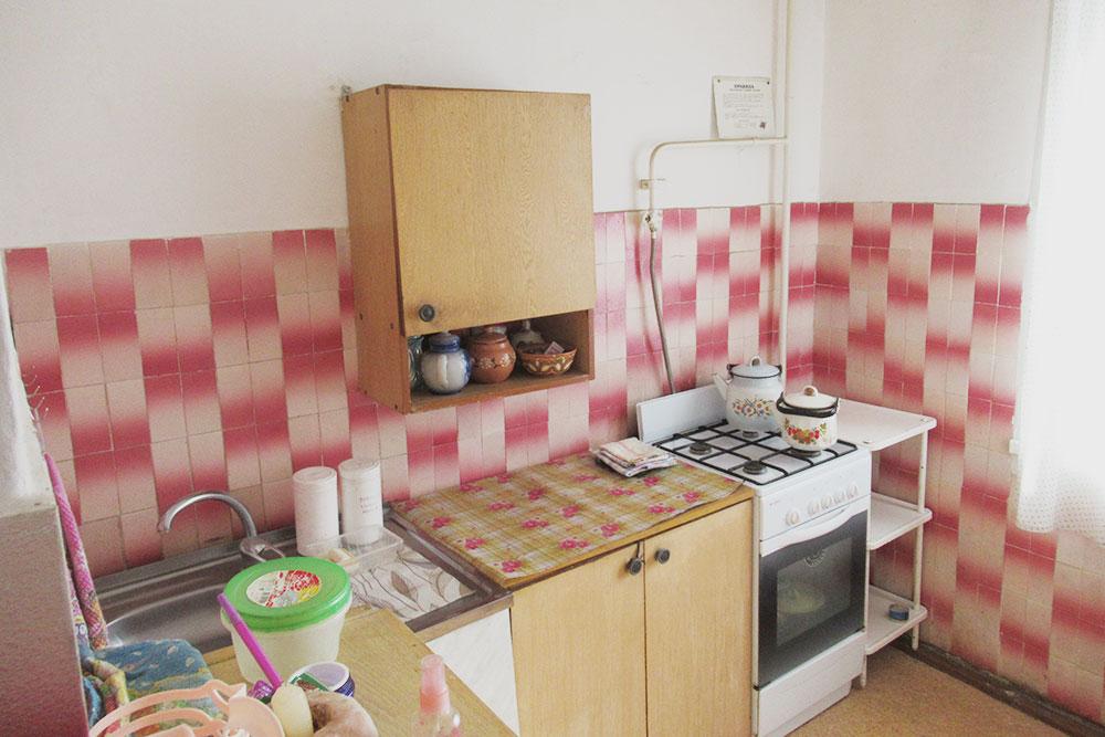 На кухне была советская плитка и шкафы с ненужной посудой