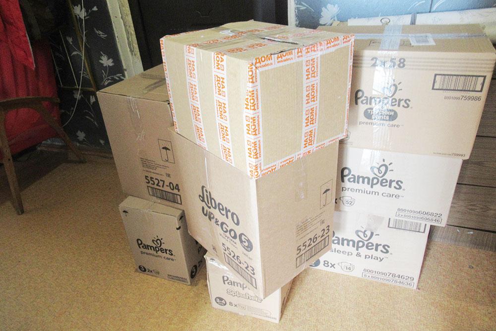 Книги длябиблиотеки с трудом поместились в восемь больших коробок