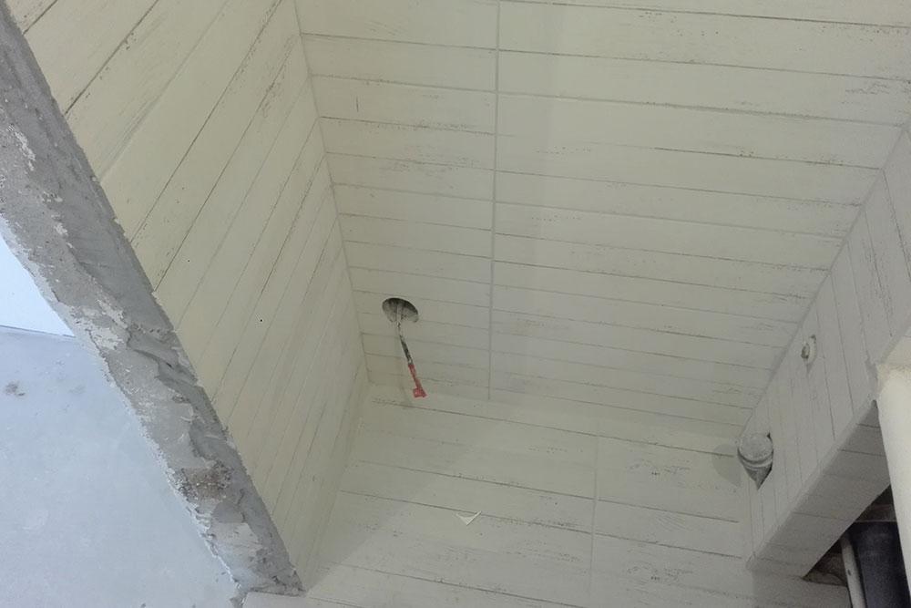 Так потом выглядел вывод длярозетки под стиральную машину. Электрик предложил сделать ее внизу, чтобы не было видно. Теперь, если понадобится выдернуть шнур, придется отодвигать машинку весом 60кг