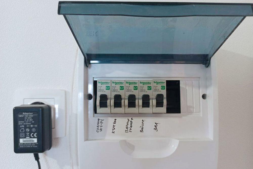 В нашем щитке пять автоматов: длягостиной, коридора, спальни, кухни и туалета с ванной