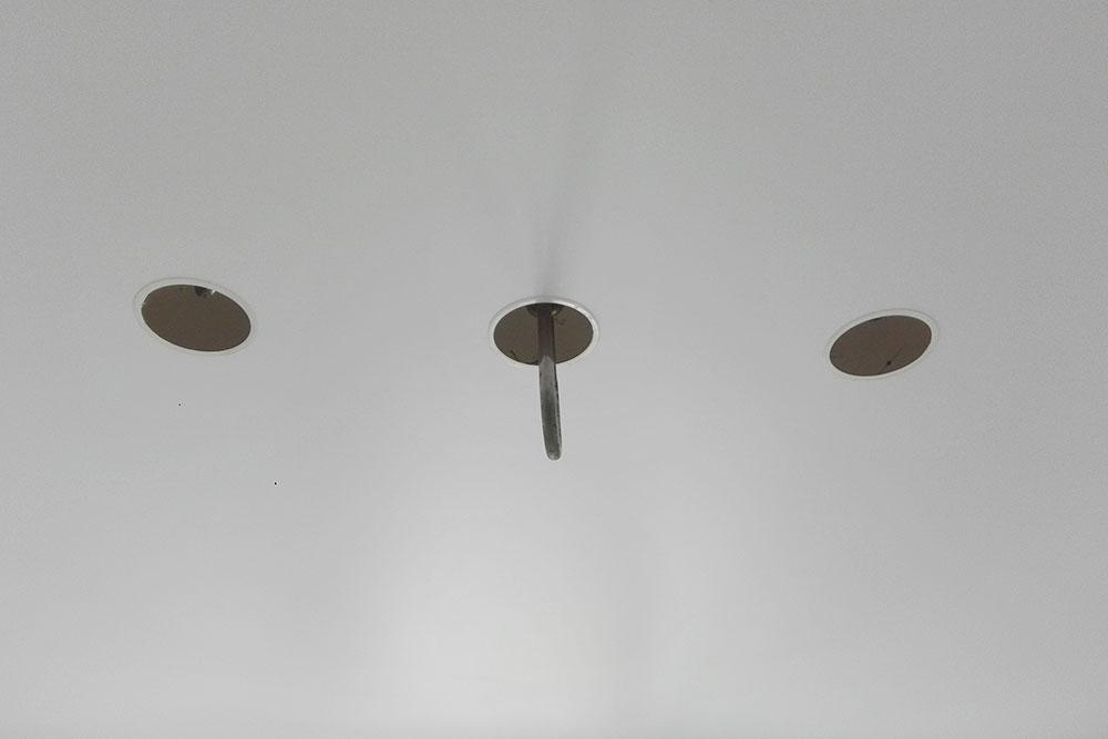 Чтобы повесить гамак дляаэройоги, в потолок вмонтировали три специальных болта