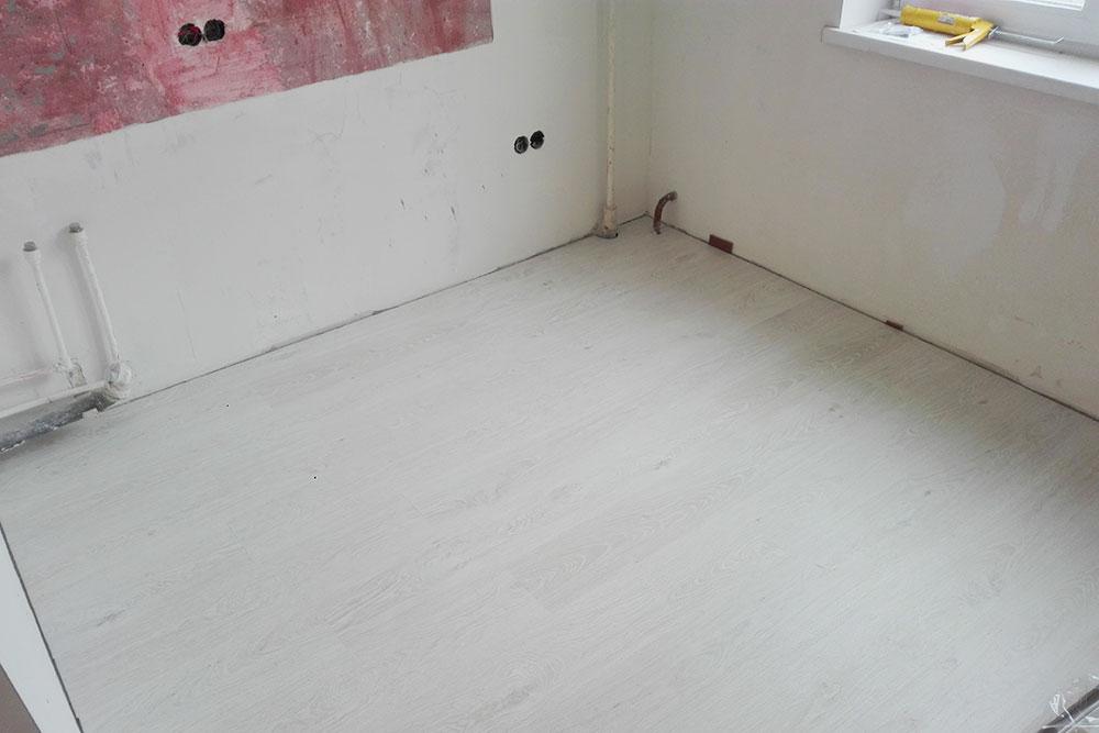 Так выглядел пол на кухне до того, какмастер установил плинтусы