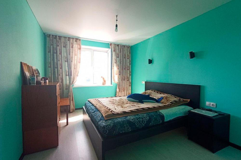А так сейчас выглядит спальня. Обои в ней мы покрасили через год