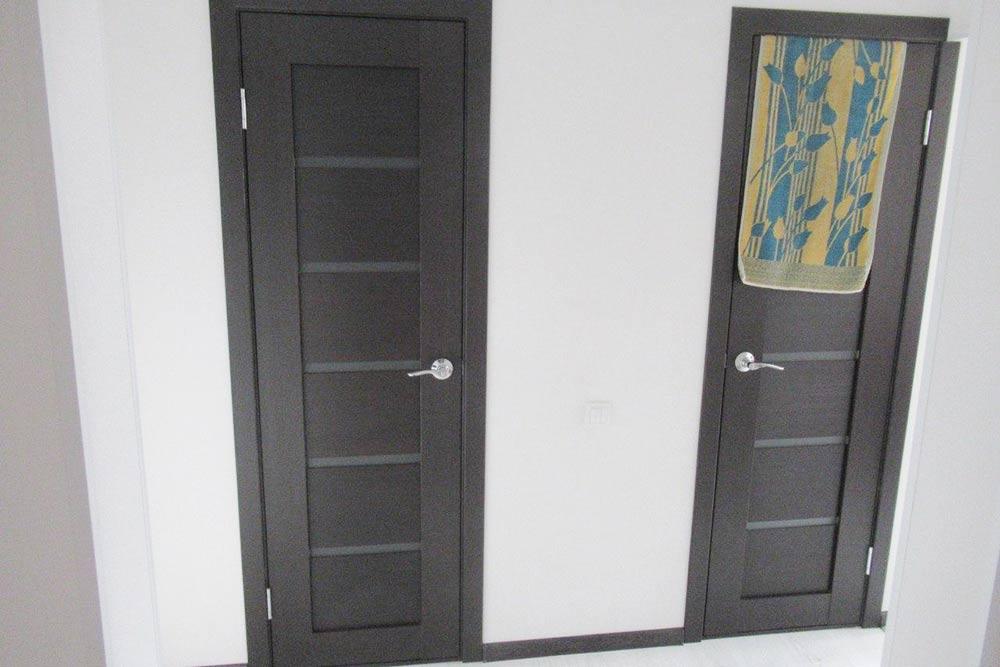 В наших дверях есть узкие стеклянные вставки. Если в ванной или туалете горит свет, это видно снаружи