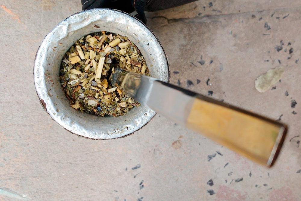 Чай мате. Трава — йерба мате. Емкость — калебас. Трубочка — бомбилья