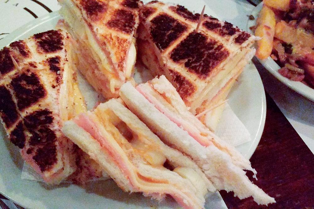 А это эксклюзивный сэндвич, который подают в ресторане за 400 ARS (404<span class=ruble>Р</span>). В качестве начинки ветчина и пальмито — сердцевина кокосовой пальмы, вырезанная прямо из ствола