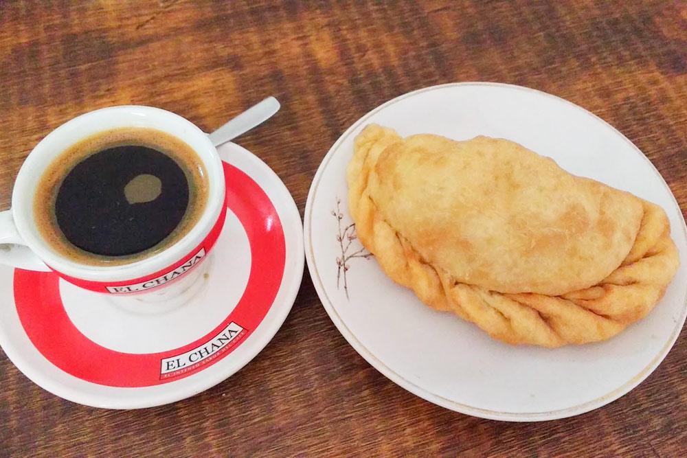 Кофе и эмпанада, традиционный для&nbsp;Южной Америки пирожок. Стоит от 60 ARS (61<span class=ruble>Р</span>) в зависимости от начинки. Самые вкусные эмпанадас готовят на севере страны, в регионе Сальта