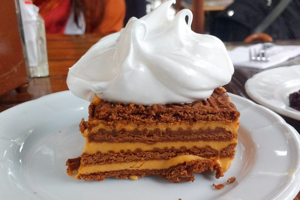 Пожалуй, самый вкусный десерт в Аргентине — «ла чокоторта». Торт, прослойки которого промазаны традиционной сладостью «дульсе де лече», похожей на вареную сгущенку