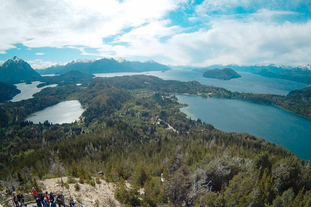 Панорамная точка Серро-Кампанарио, вид из кафе на великолепные озера в окрестностях города