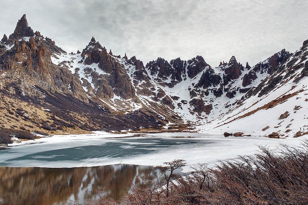 Лагуна Тончек, где стоит рефухио «Фрей», — место высоко в горах, где ты оказываешься словно на другой планете. Можно совершить однодневный трекинг или переночевать в хижине на вершине