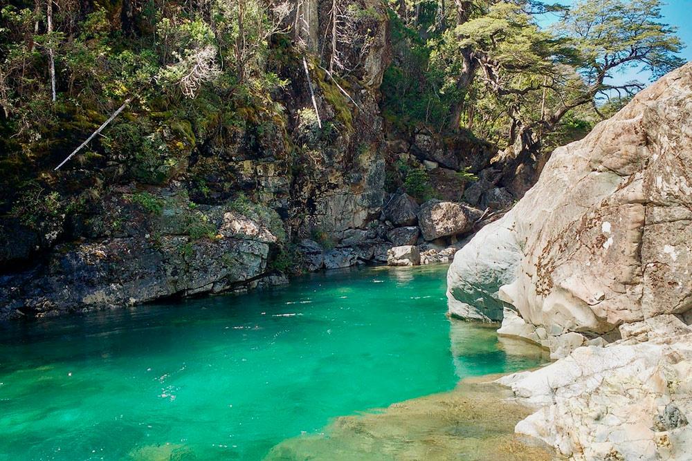 Голубая река Асуль. Здесь можно искупаться, но вода довольно холодная