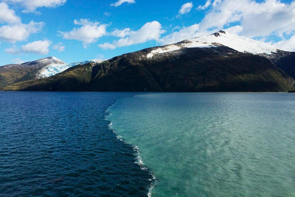 Граница двух вод: во фьордах более пресная из-за таяния ледников, а по другую сторону океаническая. Из-за разности состава и плотности воды сразу не смешиваются, образуя своеобразную границу