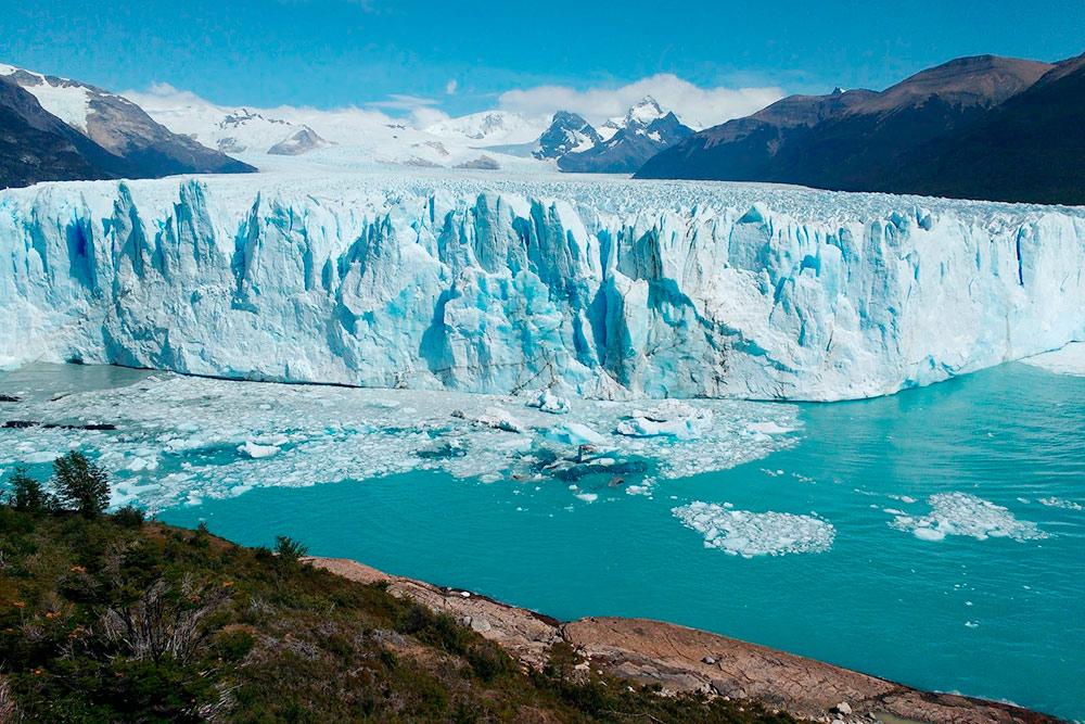 Ледник движется по направлению к берегу, но его передняя часть непрерывно подтаивает в теплой воде — поэтому он никогда не достигает цели