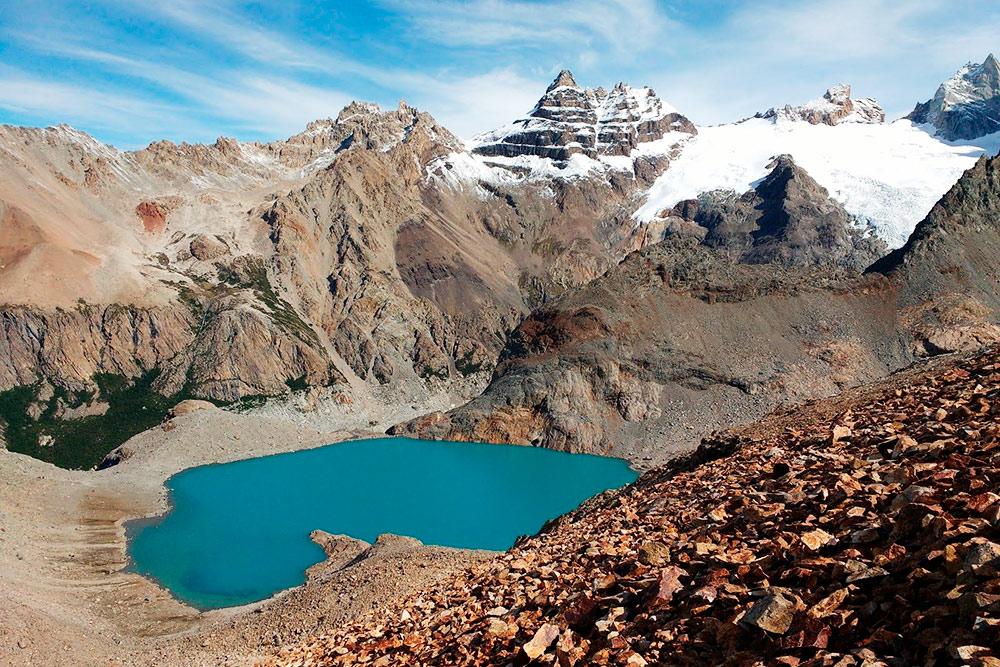 Озеро бирюзового цвета перед горой Фицрой. Озеро скапливается от тающих снегов и льдов на окружающих его пиках. По-испански этот цвет называется «туркеса»
