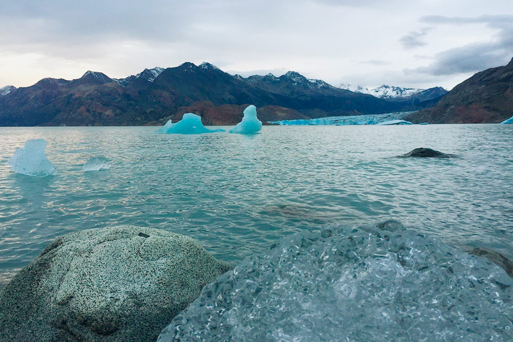 На противоположном берегу видно, как ледник Вьедма выходит к озеру с одноименным названием. Отколовшиеся куски льда причаливают к берегу. Я их дробил на части и растапливал — такую вкусную воду мало где отведаешь
