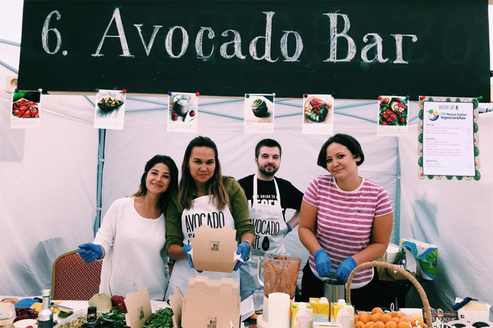 Фестиваль на «Флаконе». Сперва Элина назвала проект AvocadoBar — место, где можно попробовать авокадо изразных частей света: Азии, Европы, Южной Америки и Африки