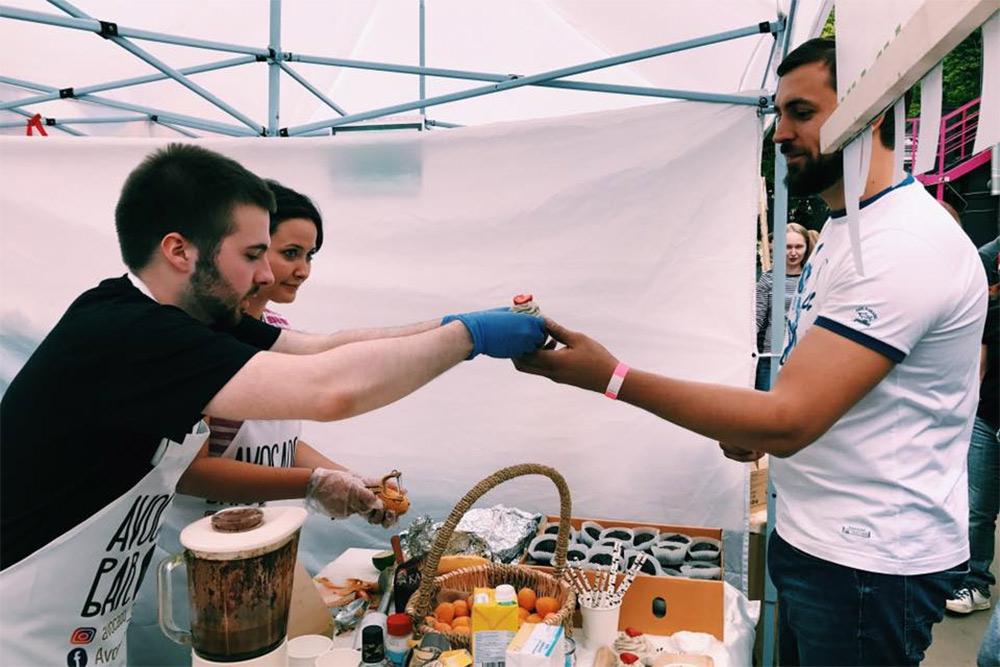 На площадке сЭлиной работали друзья: помогали готовить иобслуживать клиентов