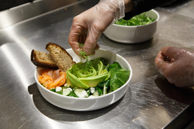Так выглядит процесс приготовления салата по&nbsp;этапам. Он относится к&nbsp;завтракам, которыми тут кормят с&nbsp;утра до&nbsp;вечера. К&nbsp;любому завтраку помимо авокадо и&nbsp;хлеба добавят два яйца в&nbsp;любом виде. Цена: 420-480<span class=ruble>Р</span>. Фотографии:&nbsp;Ксения&nbsp;Колесникова