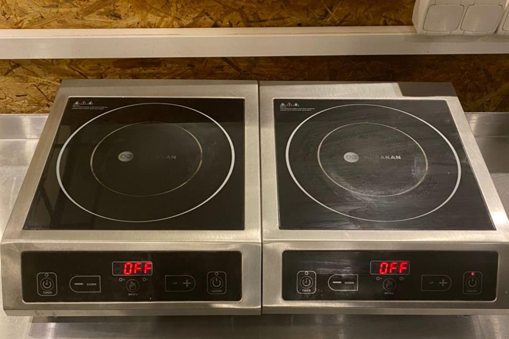 Горячие блюда вAvocadoPoint готовят наиндукционных плитах. Они занимают мало места ибыстро разогревают. Например, вскипятят литр воды заминуту — вдвое быстрее, чем нагазовой плите