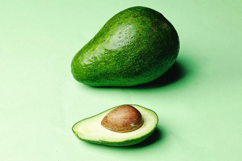 Сверху доминиканское авокадо размером с голову младенца ивесом около полукилограмма. Снизу — южноафриканское фуэрте. Отличается оно белой, очень нежной ивкусной мякотью. Фуэрте можно почистить, как банан. Если шкурка неотделяется, авокадо еще недозрело