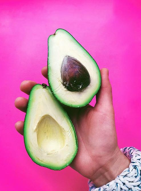 Хасс — один изсамых популярных сортов авокадо вмире. Фрукт быстро дозревает идолго непортится. Умякоти нежная кремовая структура — можно мазать нахлеб или приготовить гуакамоле