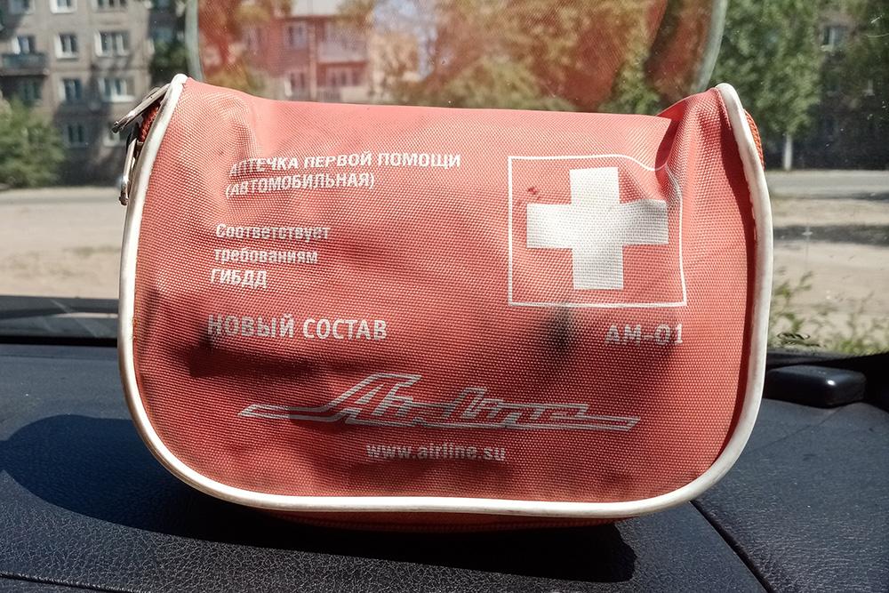 Такой вариант, на мой взгляд, лучше пластмассового — он прочный и яркий, поэтому аптечка хорошо заметна в багажнике и на ее поиск в экстренной ситуации потребуется меньше времени