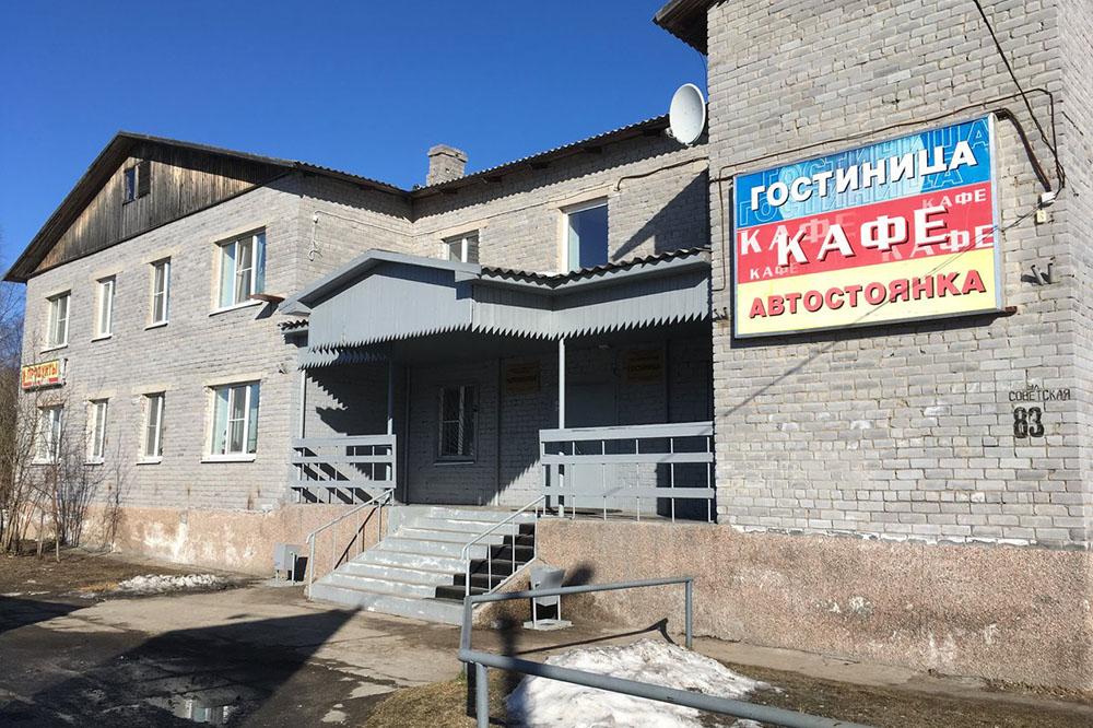 Гостиница «Ремстройконструкция» в поселке Лоухи. Мы были там пару лет назад. На завтрак давали невкусные сосиски и йогурт. Источник: Яндекс-карты