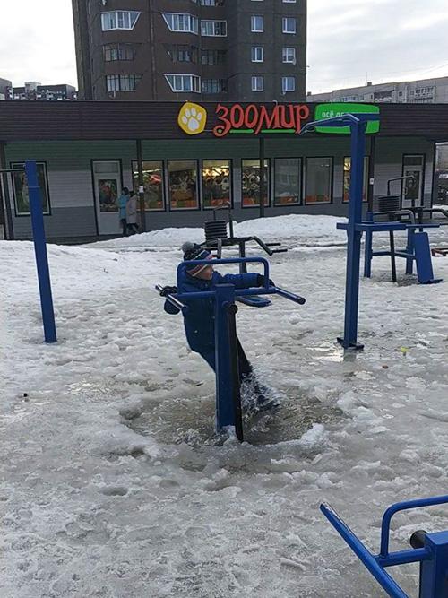 Территории детских и спортивных площадок не чистят от снега и льда