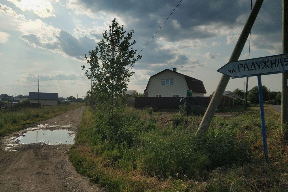 Радужная улица в селе Заозерье Прионежского района выглядит не очень радужно