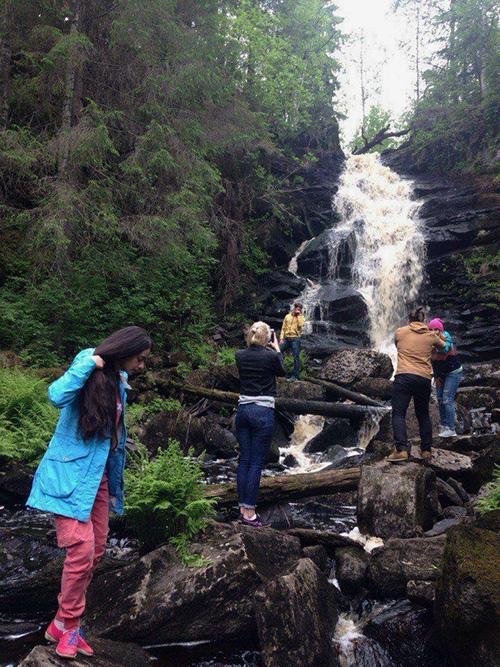 Если собираетесь на водопады Юканкоски, надевайте удобную обувь и одежду, которую не страшно запачкать