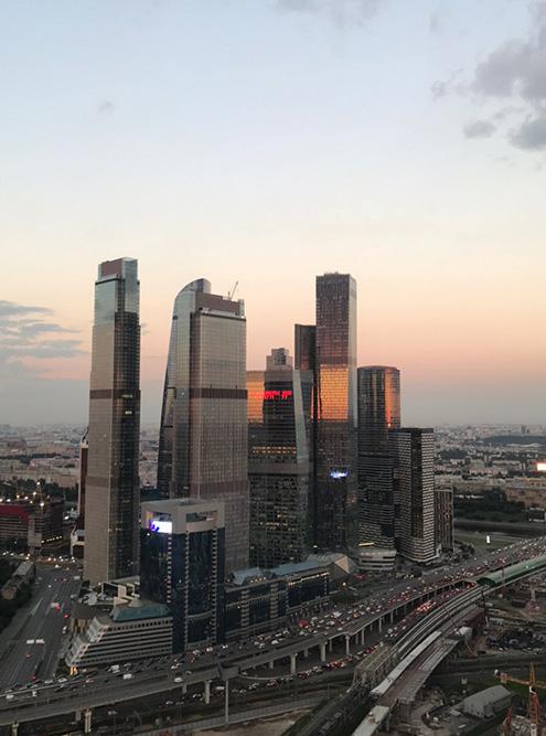 Две панорамы из одного жилого комплекса бизнес-класса в центре Москвы. Вид с 53-го этажа на деловой район Москва-Сити