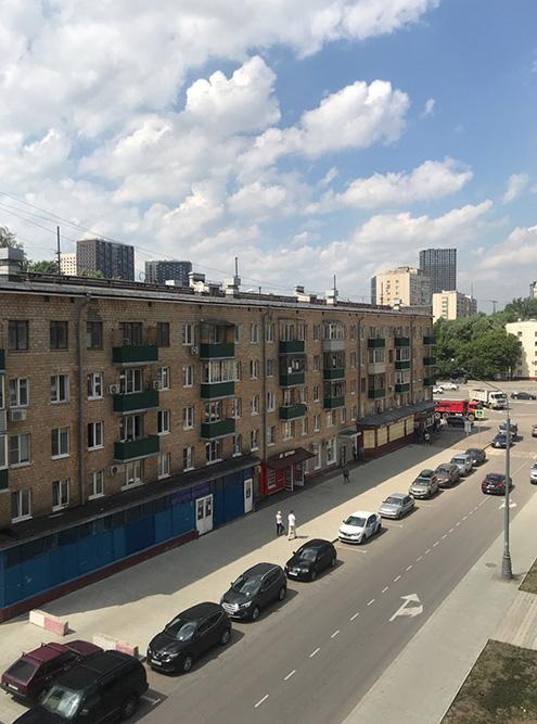 Вид с третьего этажа на хрущевку