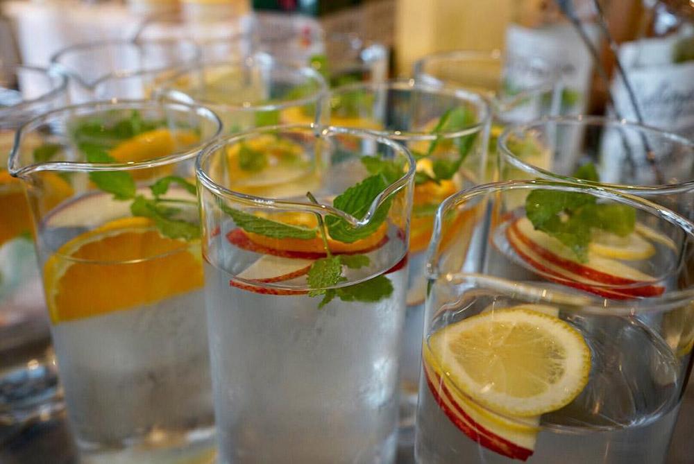 В токийском кафе к бизнес-ланчу предлагают бесплатный графин с фруктовой водой. Фото: сообщество METoA Cafe & Kitchen в «Фейсбуке»