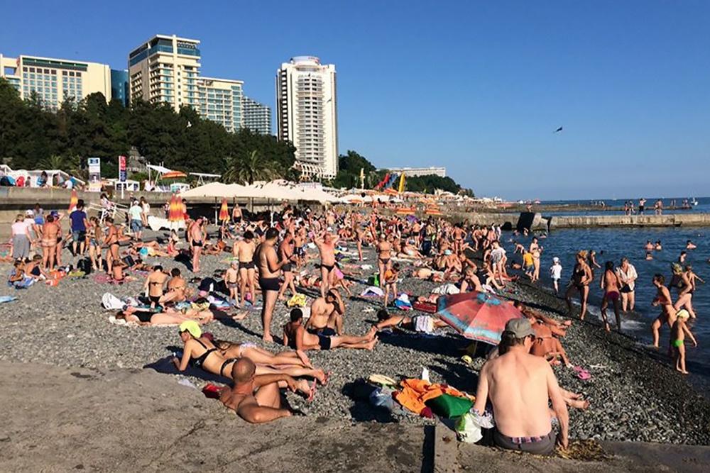 Этот пляж можно считать полупустым: между туристами еще осталось место. Источник: sochinews.io