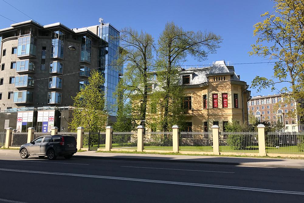 Дом в псевдоклассическом стиле соседствует со зданием из стекла, металла и бетона
