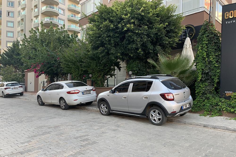 Почти везде тротуар используют дляпарковки