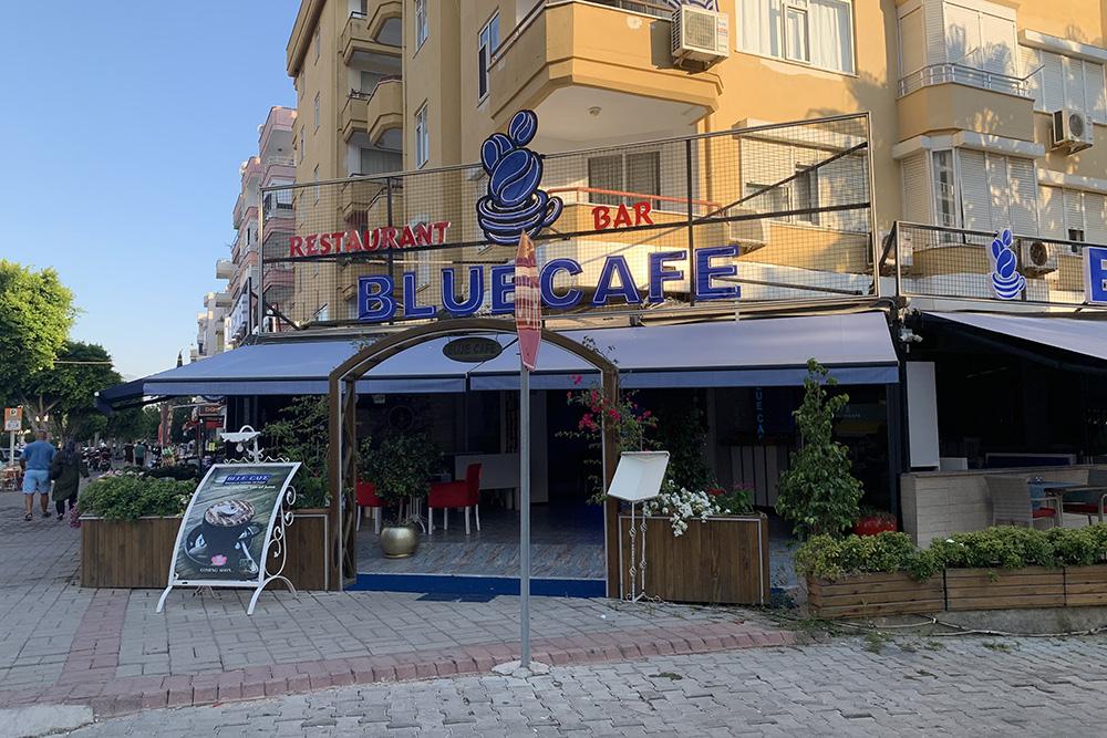 Вэтом кафе в10:00 включают очень громкую музыку: ееслышно на200метров вперед