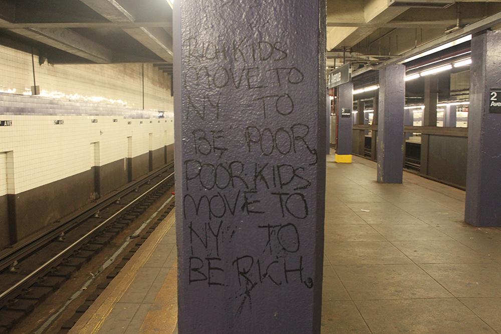 Надпись в метро Нью-Йорка: «Богатые ребята переезжают в Нью-Йорк, чтобы стать бедными, бедные ребята переезжают в Нью-Йорк, чтобы разбогатеть»