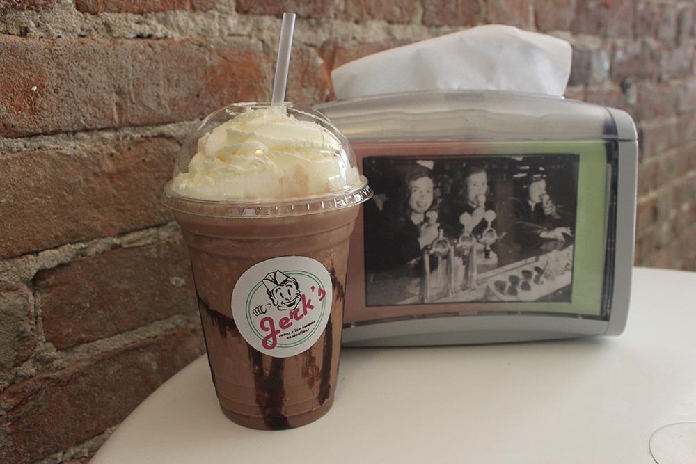 Приторно-сладкий молочный коктейль в кафе в Баффало. Кое-как выпила половину. Такое ощущение, будто вливаешь в себя неразбавленный сахарный сироп