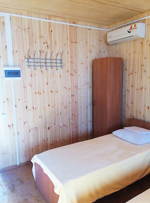 Так выглядят условия внутри домика в кемпинге «Мир отдыха» на берегу Азовского моря в станице Голубицкой