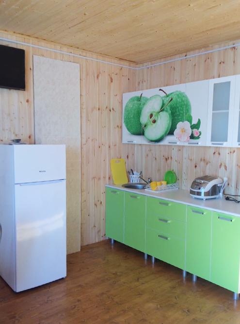 В стоимость входят оборудованная кухня, телевизор, санузел, горячий душ и мангал