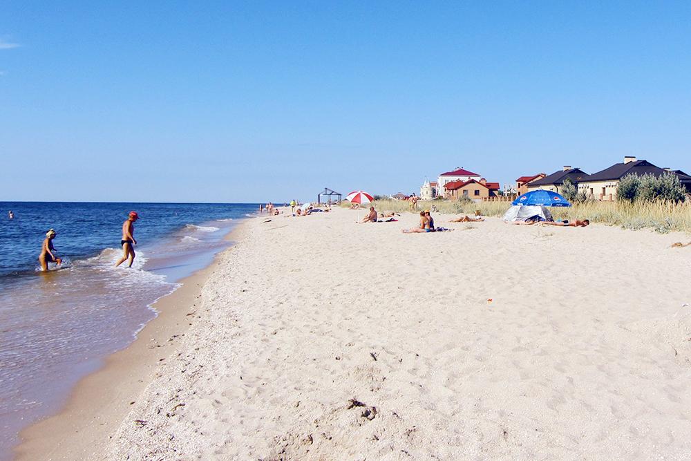 На пляже отдыхающие чаще всего самостоятельно устанавливают тенты или зонтики, чтобы не обгореть на солнце