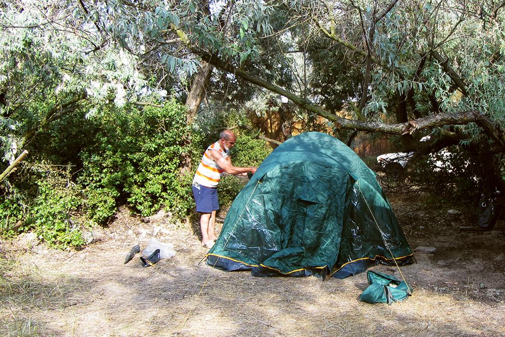 Устанавливаем палатку в кемпинге в Кучугурах на западной окраине Таманского полуострова