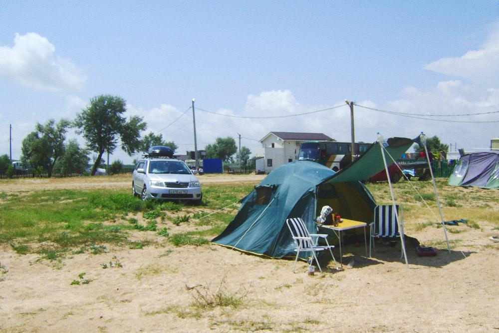 Разбили палатку в кемпинге и добавили для комфорта мебель, которую привезли с собой