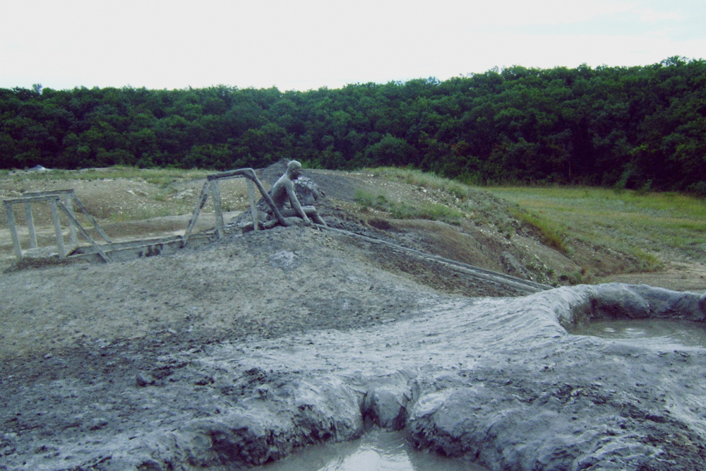 Так выглядят люди на грязевом вулкане Шуго