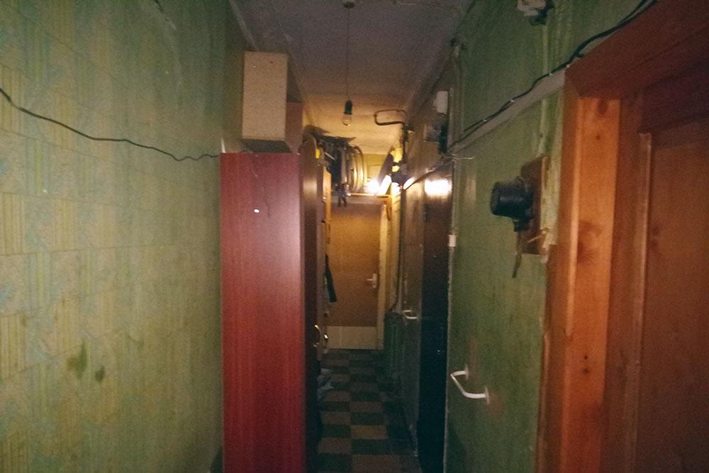 У соседей в коридоре стоят шкафчики — там висят пальто и куртки, стоит обувь
