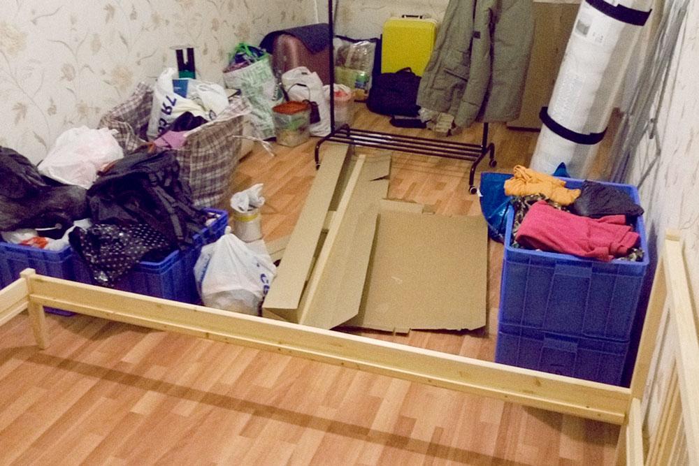 Наша комната после ремонта: на полу ламинат, на стенах свежие обои. Мы только что переехали, собираем мебель и раскладываем вещи