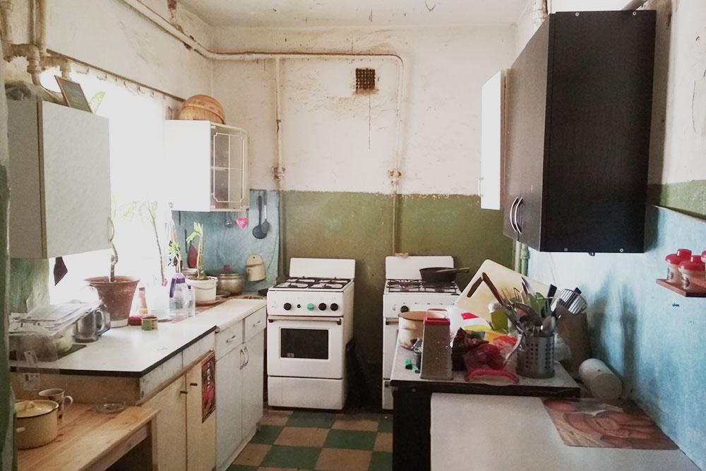 Сама квартира старая, отделка классическая коммунальная. На кухне две плиты — этого хватает, чтобы не было очереди