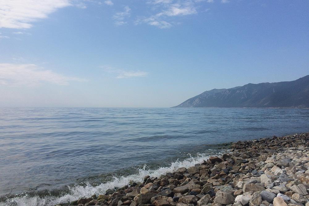 Иногда тропа выходит на берег Байкала